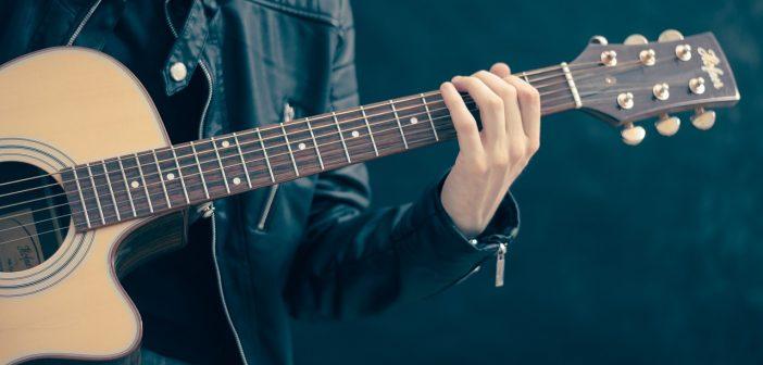 lezioni di chitarra: foto ragazzo che suona